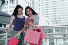 Έννοια αγορών μόδας: οι όμορφες γυναίκες εφήβων χαμογελούν εισαγώμενο στοκ φωτογραφίες με δικαίωμα ελεύθερης χρήσης
