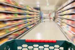 Έννοια αγορών στην υπεραγορά στη θαμπάδα κινήσεων Στοκ εικόνες με δικαίωμα ελεύθερης χρήσης