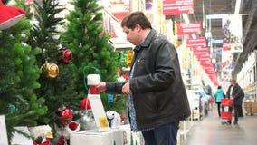 Έννοια αγορών Χριστουγέννων Αγορά της διακόσμησης Χριστουγέννων στην υπεραγορά φιλμ μικρού μήκους