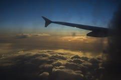 Έννοια αεροπλάνων καθισμάτων παραθύρων σύννεφων Άποψη σύννεφων ουρανού από το στενό επάνω παράθυρο αεροπλάνων καθισμάτων στο ηλιο Στοκ Εικόνες