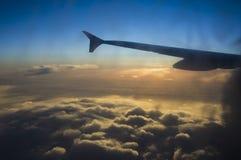 Έννοια αεροπλάνων καθισμάτων παραθύρων σύννεφων Άποψη σύννεφων ουρανού από το στενό επάνω παράθυρο αεροπλάνων καθισμάτων στο ηλιο Στοκ Φωτογραφία