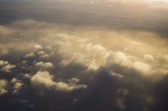 Έννοια αεροπλάνων καθισμάτων παραθύρων σύννεφων Άποψη σύννεφων ουρανού από το στενό επάνω παράθυρο αεροπλάνων καθισμάτων στο ηλιο Στοκ εικόνες με δικαίωμα ελεύθερης χρήσης