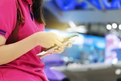 Έννοια αεροπορικού ταξιδιού Κρατώντας ένα διαβατήριο, εισιτήριο ταξιδιού, που χρησιμοποιεί το sma στοκ φωτογραφία με δικαίωμα ελεύθερης χρήσης