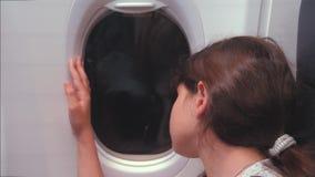 Έννοια αεροσκαφών αεροπορίας Το νέο νέο κορίτσι φαίνεται έξω η συνεδρίαση αεροπλάνων από το παράθυρο Τρόπος ζωής πτήσης τη νύχτα  απόθεμα βίντεο