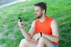 Έννοια αθλητικών συσκευών Αθλητής με τον ιχνηλάτη ή pedometer ικανότητας Αθλητής ατόμων στον πολυάσχολο ιχνηλάτη ικανότητας καθιέ Στοκ Εικόνα