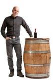 Έννοια αμπελουργίας με ένα άτομο, ένα βαρέλι και ένα κρασί στοκ φωτογραφία με δικαίωμα ελεύθερης χρήσης