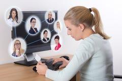 Έννοια αναζήτησης εργασίας - γυναίκα που χρησιμοποιεί το προσωπικό Η/Υ Στοκ εικόνα με δικαίωμα ελεύθερης χρήσης