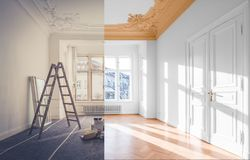 Έννοια ανακαίνισης - δωμάτιο πριν και μετά από την ανακαίνιση, στοκ εικόνα