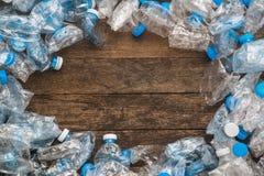 Έννοια ανακύκλωσης Το πρόβλημα της οικολογίας, περιβαλλοντική ρύπανση Υπόβαθρο πλαστικού διαφανούς μπλε καθαρού μπουκαλιών Στη CE Στοκ Εικόνες