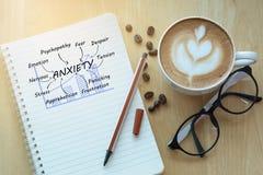 Έννοια ανησυχίας στο σημειωματάριο με τα γυαλιά, το φλυτζάνι μολυβιών και καφέ Στοκ φωτογραφίες με δικαίωμα ελεύθερης χρήσης