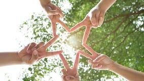 Έννοια ανθρώπων σύνδεσης Πέντε λαοί αυξάνουν δύο δάχτυλα μαζί ως αστέρι για να μεταβιβάσουν τη συνεργασία στην εργασία απόθεμα βίντεο