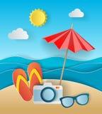 Έννοια απεικόνισης των καλοκαιρινών διακοπών, flipflops στην αμμώδη παραλία, την ηλιακή ομπρέλα, τη κάμερα και τη θάλασσα ή τον ω Στοκ Εικόνες