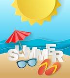 Έννοια απεικόνισης των καλοκαιρινών διακοπών, flipflops στην αμμώδη παραλία, την ηλιακή ομπρέλα, τη κάμερα και τη θάλασσα ή τον ω Στοκ Φωτογραφία