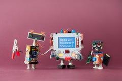 Έννοια αποκατάστασης στοιχείων Ειδικά ρομπότ ΤΠ και ζωηρόχρωμο κείμενο προειδοποίησης υπολογιστών στην μπλε επίδειξη Ιώδες υπόβαθ Στοκ φωτογραφίες με δικαίωμα ελεύθερης χρήσης