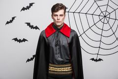 Έννοια αποκριών βαμπίρ - πορτρέτο του όμορφου καυκάσιου βαμπίρ στο μαύρο και κόκκινο κοστούμι αποκριών Στοκ εικόνες με δικαίωμα ελεύθερης χρήσης