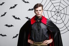 Έννοια αποκριών βαμπίρ - πορτρέτο του όμορφου καυκάσιου βαμπίρ στο μαύρο και κόκκινο κοστούμι αποκριών Στοκ φωτογραφία με δικαίωμα ελεύθερης χρήσης