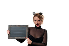 Έννοια αποκριών, γυναίκα με τα αυτιά γατών καρναβαλιού που κρατά τον πίνακα κιμωλίας Στοκ εικόνα με δικαίωμα ελεύθερης χρήσης