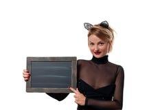 Έννοια αποκριών, γυναίκα με τα αυτιά γατών καρναβαλιού που κρατά τον πίνακα κιμωλίας Στοκ φωτογραφία με δικαίωμα ελεύθερης χρήσης
