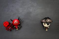 Έννοια αποκριών, ευτυχής κόκκινος διάβολος με την κόκκινη αράχνη μαλλιού και ξύλινη κούκλα φαντασμάτων πειρατών Στοκ εικόνα με δικαίωμα ελεύθερης χρήσης