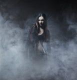 Έννοια αποκριών: νέα και προκλητική μάγισσα Στοκ φωτογραφία με δικαίωμα ελεύθερης χρήσης