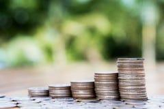 Έννοια αποταμίευσης και επιχειρήσεων, γραφική παράσταση ανάπτυξης σωρών νομισμάτων χρημάτων Στοκ Εικόνα