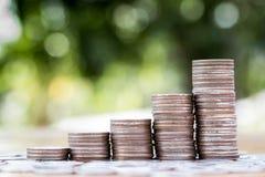 Έννοια αποταμίευσης και επιχειρήσεων, γραφική παράσταση ανάπτυξης σωρών νομισμάτων χρημάτων Στοκ φωτογραφίες με δικαίωμα ελεύθερης χρήσης