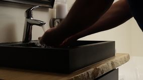 Έννοια αποταμίευσης νερού Ροές του νερού από μια βρύση λουτρών χάλυβα χρωμίου Κλείστε επάνω, αργό ζουμ μέσα απόθεμα βίντεο