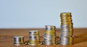 Έννοια αποταμίευσης Συσσωρευμένα αύξηση νομίσματα Στοκ φωτογραφίες με δικαίωμα ελεύθερης χρήσης