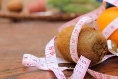 Έννοια απώλειας βάρους, πορτοκαλής και μετρώντας την ταινία στοκ φωτογραφία