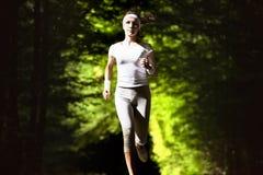 Έννοια απώλειας βάρους, spotr έννοια, υγιής έννοια τρόπου ζωής Τρέχοντας γυναίκα στο πράσινο θολωμένο υπόβαθρο Στοκ φωτογραφία με δικαίωμα ελεύθερης χρήσης