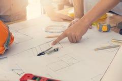 Έννοια αρχιτεκτόνων, γραφείο αρχιτεκτόνων που λειτουργεί με τα σχεδιαγράμματα Στοκ φωτογραφίες με δικαίωμα ελεύθερης χρήσης