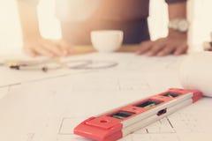 Έννοια αρχιτεκτόνων, γραφείο αρχιτεκτόνων που λειτουργεί με τα σχεδιαγράμματα Στοκ Φωτογραφίες