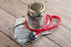 έννοια ασφάλειας υγείας - στηθοσκόπιο πέρα από τα χρήματα στοκ φωτογραφίες με δικαίωμα ελεύθερης χρήσης