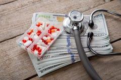 έννοια ασφάλειας υγείας - στηθοσκόπιο πέρα από τα χρήματα στοκ φωτογραφίες