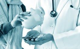 Έννοια ασφάλειας υγείας, υπομονετικός πληρώνοντας γιατρός για τη ιατρική υπηρεσία με το τραπεζογραμμάτιο δολαρίων χρημάτων στοκ φωτογραφίες με δικαίωμα ελεύθερης χρήσης