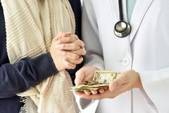 Έννοια ασφάλειας υγείας, υπομονετικός πληρώνοντας γιατρός για τη ιατρική υπηρεσία με το τραπεζογραμμάτιο δολαρίων χρημάτων στοκ φωτογραφία με δικαίωμα ελεύθερης χρήσης