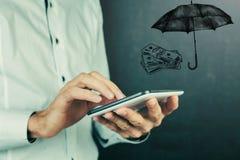 Έννοια ασφάλειας: Χρήματα και ομπρέλα Στοκ φωτογραφία με δικαίωμα ελεύθερης χρήσης