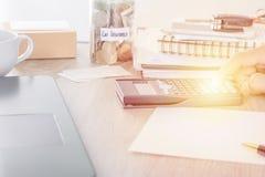 Έννοια ασφαλείας αυτοκινήτου: άτομο που χρησιμοποιεί τον υπολογιστή στο γραφείο με το νόμισμα στην αποταμίευση τραπεζών με την ετ Στοκ φωτογραφία με δικαίωμα ελεύθερης χρήσης