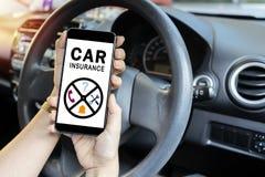Έννοια ασφαλείας αυτοκινήτου, ιστοχώρος ανάγνωσης οδηγών στο smartphone στοκ φωτογραφίες με δικαίωμα ελεύθερης χρήσης