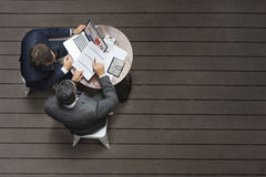 Έννοια ασφαλιστικής εφαρμογής συνεδρίασης των καφέδων δύο επιχειρηματιών Στοκ εικόνα με δικαίωμα ελεύθερης χρήσης