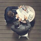 Έννοια ασφαλιστικής εφαρμογής συνεδρίασης των καφέδων δύο επιχειρηματιών Στοκ Εικόνες