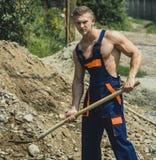 Έννοια ατόμων Άτομο με το φτυάρι στην εργασία ομοιόμορφη Το άτομο σκάβει το έδαφος Ισχυρό άτομο με το φτυάρι στα μυϊκά χέρια Στοκ φωτογραφία με δικαίωμα ελεύθερης χρήσης