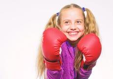 Έννοια αυτοάμυνας Παιδί κοριτσιών ισχυρό με τα εγκιβωτίζοντας γάντια που θέτουν στο άσπρο υπόβαθρο Αυτή έτοιμη να υπερασπιστεί στοκ φωτογραφία με δικαίωμα ελεύθερης χρήσης