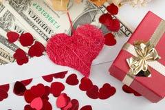 Έννοια βαλεντίνων με τις καρδιές, ξηρά τριαντάφυλλα και Στοκ Φωτογραφία