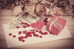 Έννοια βαλεντίνων με τις καρδιές, ξηρά τριαντάφυλλα και Στοκ Εικόνες