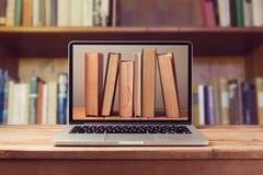 Έννοια βιβλιοθηκών EBook με το φορητό προσωπικό υπολογιστή και τα βιβλία Στοκ εικόνα με δικαίωμα ελεύθερης χρήσης
