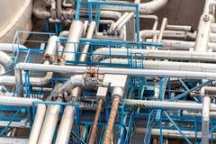 έννοια βιομηχανική Εμπορευματοκιβώτιο υγρού αερίου Αποθήκευση αερίου στο λιμένα Σωληνώσεις στις εγκαταστάσεις καθαρισμού Στοκ Φωτογραφίες