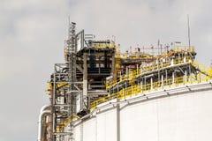 έννοια βιομηχανική Εμπορευματοκιβώτιο υγρού αερίου Αποθήκευση αερίου στο λιμένα Σωληνώσεις στις εγκαταστάσεις καθαρισμού Στοκ Εικόνα