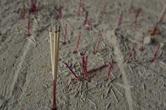 Έννοια βουδισμού λατρείας μυρωδιάς αρώματος ραβδιών κινέζικων ειδώλων θυμιάματος Στοκ Εικόνες