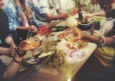 Έννοια γευμάτων θερινής διασκέδασης φιλίας εορτασμού ευθυμιών παραλιών Στοκ Εικόνα